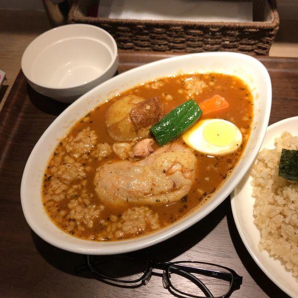 「骨付きチキンのスープカレー+ひきわり納豆」@カレー食堂 心 ヨドバシAkiba店の写真