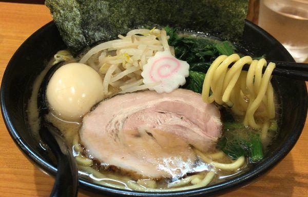 「ラーメン(690円)+味玉(無料)」@横浜ラーメン てっぺん家 元住吉店の写真