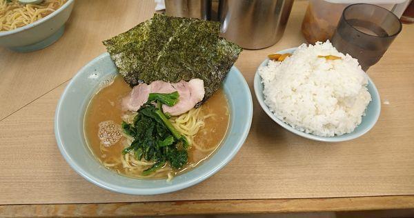 「らーめん中+大ライス」@横浜らーめん 武蔵家 池袋店の写真