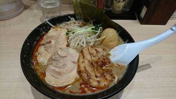 「炙り肉のせ濃厚魚介豚骨味噌+特製¥800+250」@頑者製麺所 エキア成増店の写真