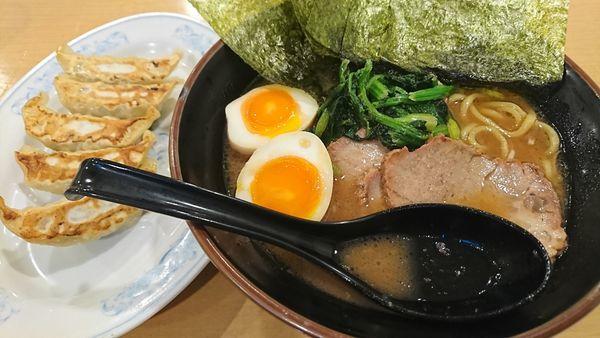 「チャーシュー麺700円 餃子200円」@よつ家 竹ノ塚店の写真