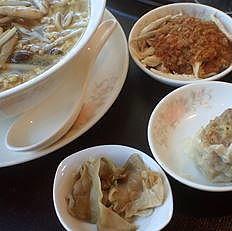 「豚肉とザーサイきの子そば(搾菜肉緬)ミニ餃子・ザーサイ・小鉢」@中華四川料理 飛鳥の写真