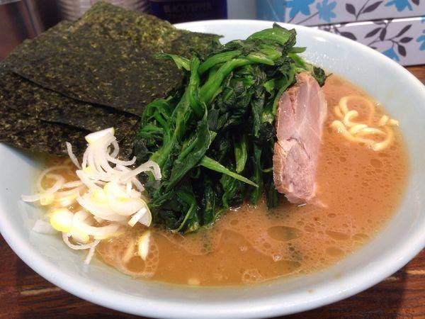 「ラーメン+ほうれん草」@横浜家系豚骨醤油極太麺 侍 本店の写真