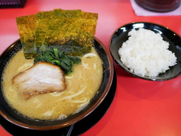 「醤油ラーメン 麺硬め+味濃いめ+油多め+サービスライス」@丸子家の写真
