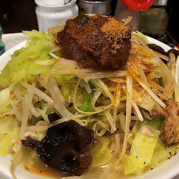 「玉カレーたんめん(太麺・並)+ピリ辛白髪ネギ」@麺処 まるよし商店の写真