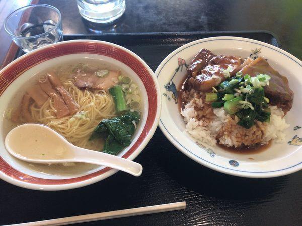 「豚角煮丼+半塩味ラーメン 日替セット900円」@長城飯店の写真