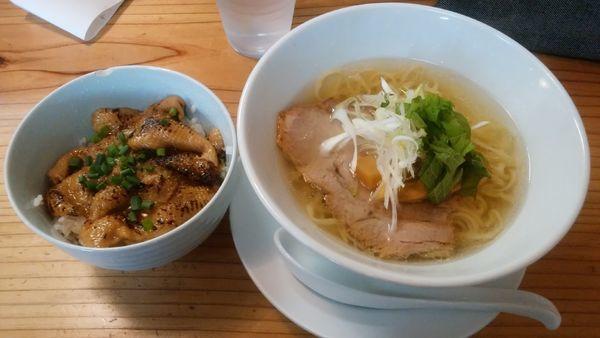 「豚塩+鶏皮丼」@麺蔵 あつおの写真