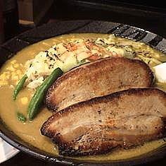 「チーズカレー麺(大盛)980円+ポイントサービスの餃子」@悠河らーめん 町田中町店の写真