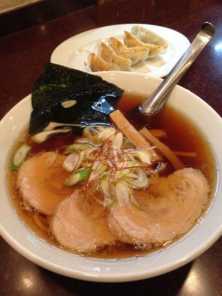 「醤油ラーメン チャーシュー1枚  餃子」@手打らーめん まるちの写真