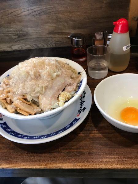 「らーめん たまねぎ 生卵 多め アブラマシマシ」@らーめん大 中野店の写真