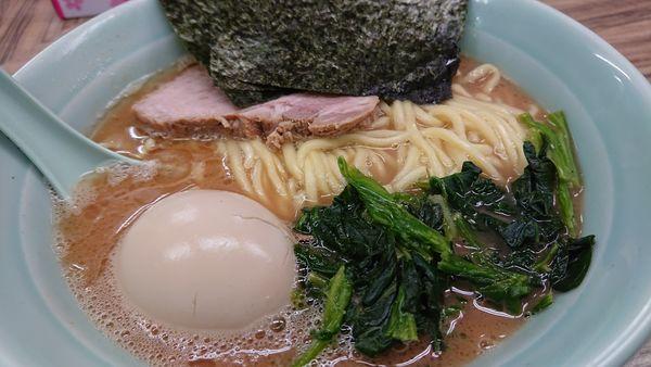 「麺硬め+味玉」@横浜家系ラーメン武蔵家 松戸店の写真