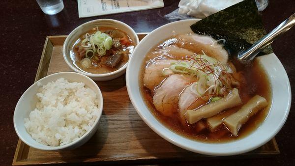 「チャーシューメン800円+モツ煮・半ライスセット」@手打らーめん まるちの写真