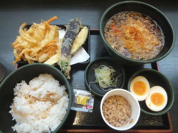 「朝食セット(納豆)360円・なす天120円・クーポンかき揚げ」@ゆで太郎 芝大門店の写真