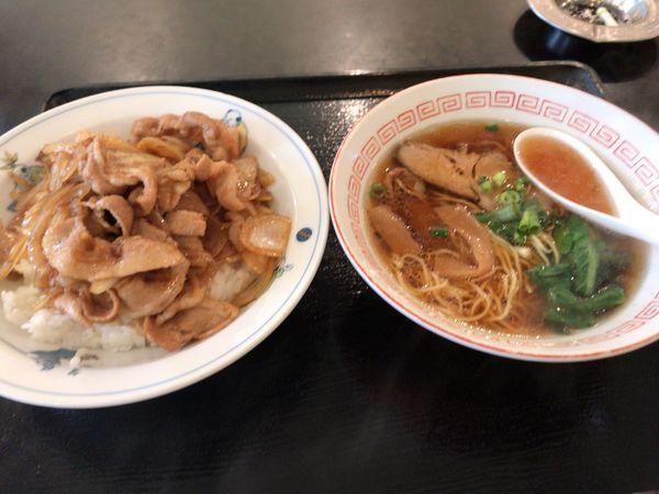 「生姜焼き掛け飯+半ラーメン 900円」@長城飯店の写真