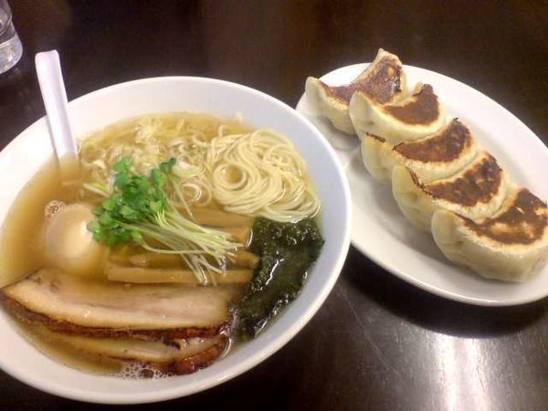「塩らーめん(700円)+味玉+餃子5個(100+400円)」@麺 こむさしの写真