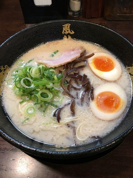 「とんこつラーメン➕煮卵」@とんこつラーメン 博多風龍 大宮東口駅前店の写真