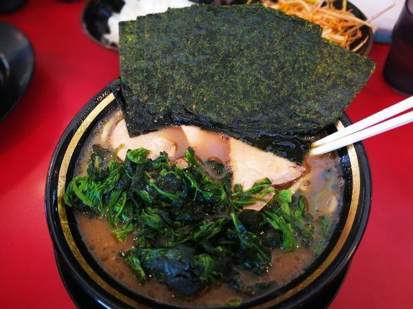「チャーシュー麺+ほうれん草+海苔+半ライス+辛ネギ」@家系ラーメン 熊田家の写真