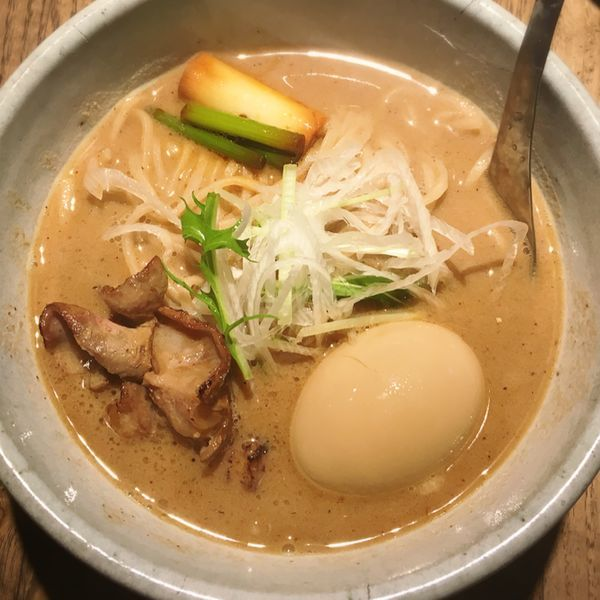「もつそば 全粒粉麺 味玉」@和醸良麺 すがりの写真