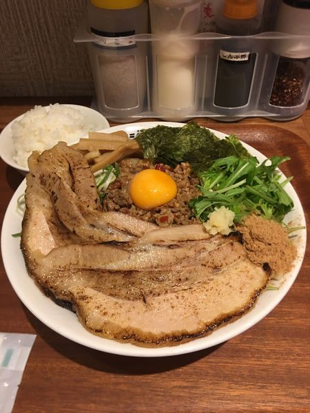 「台湾まぜそば(冷)+炙りチャーシュー+メンマ」@つけ麺・ラーメン フジヤマ55 小倉エキナカひまわりプラザ店の写真