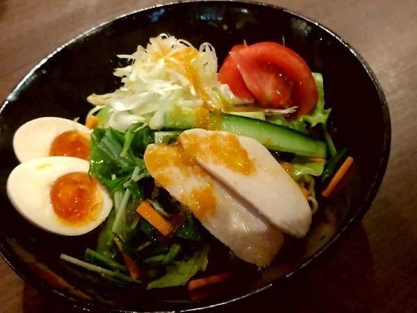 「冷やしサラダ麺(大盛・220g)880円+味玉100円」@らーめんや なかじゅう亭 高崎オーパ店の写真