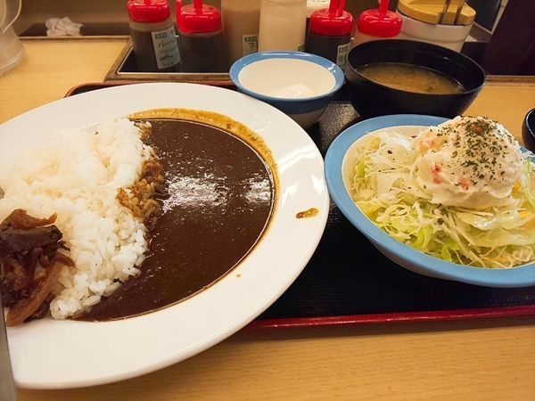 「オリジナルカレー並盛+ポテトサラダ+温玉」@松屋 江戸川橋店の写真