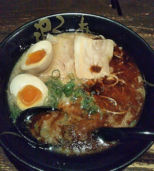 「六黒 700円+煮卵 150円+替玉 10円」@ろくの家 大黒店の写真