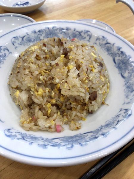 「チャーハン(スープ お新香付き)486円」@ぎょうざの満州 東明館の写真