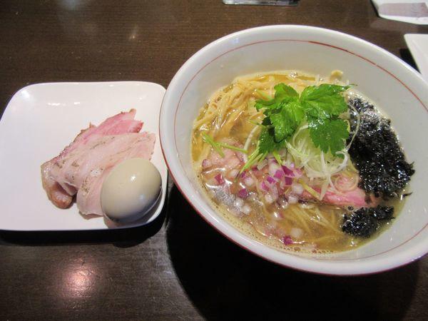 「豊深煮干しそば 塩(780円)+特製盛+替え玉」@麺や 虎徹の写真