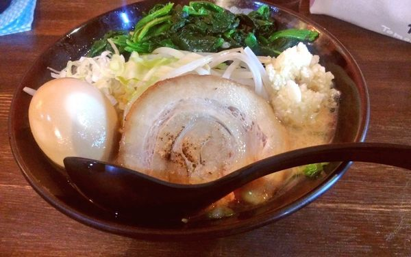 「豪麺+ほうれん草+味玉」@麺侍右京 反町店の写真