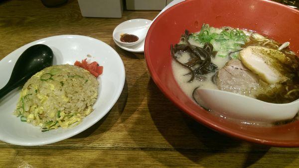 「赤丸新味(辛みそ別皿)+ハーフチャーハン+替玉2玉」@博多一風堂 大宮店の写真