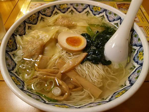 「塩ワンタン麺 :細麺」@中国ラーメン 揚州商人 横浜スタジアム前店の写真