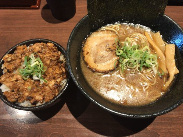 「魚介豚骨ラーメン大盛 焼豚丼セット 1,000円」@麺や いかりの写真