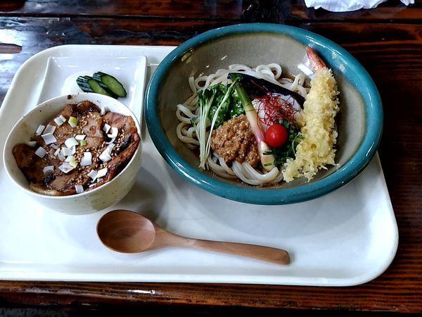 「エビ天と納豆夏野菜の温玉冷しうどん+炙り焼肉丼1,080円」@赤坂の写真