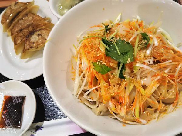 「汁なし油刀削麺¥599+餃子セット¥299」@中華料理 春菜園の写真