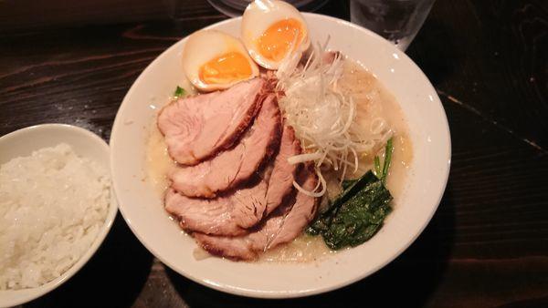 「豚ちゃん麺 4枚ちゃーしゅー 1100円 + 半ライス」@天虎の写真
