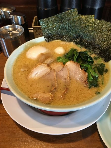 「豚骨醤油ラーメン【ほうれん草トッピング】」@富意家の写真