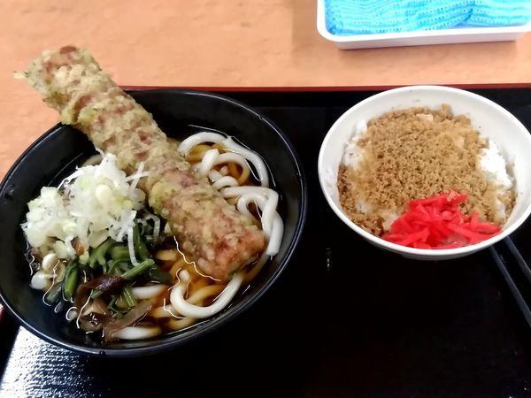 「一石二鳥セットB(冷し山菜ちくわ天うどん+そぼろ飯)500円」@そば・うどん 八起家 西口店の写真