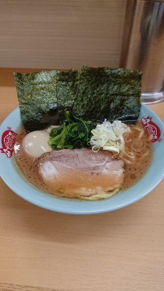 「ラーメン+味玉」@横浜ラーメン 町田家 新宿南口店の写真