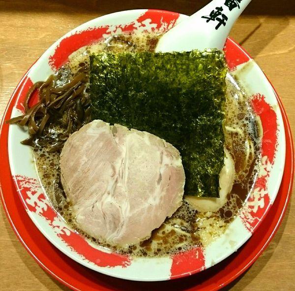 「黒豚骨ラーメン(博多麺かため ニンニク有り きくらげ) 味玉」@熟成豚骨ラーメン専門 一番軒 東京歌舞伎町本店の写真