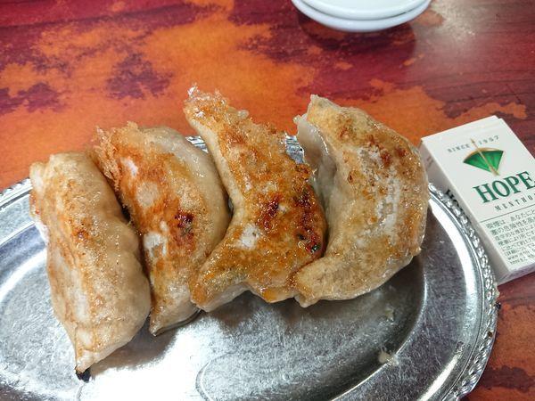 「餃子(4個)800円+カレーそば950円」@杭州飯店の写真