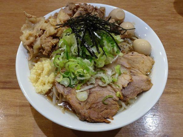 「濃厚焼豚うどん(730円)+肉増し+うずら ニンニクネギ」@肉うどん さんすけの写真
