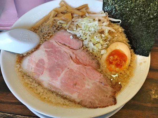 「醤油背脂ラーメン 750円」@稲荷屋の写真
