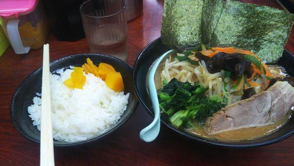 「野菜盛らーめん(固め・濃め)+ライス(中)」@横浜ラーメン武蔵家 菊名店の写真