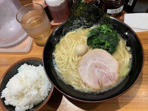 「ラーメン醤油 並+サービスライス」@横浜家系ラーメン 壱角家 上野店の写真