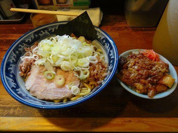 「油そば780円 ネギ多め 牛すじ丼ミニ250円」@兎に角 松戸店の写真