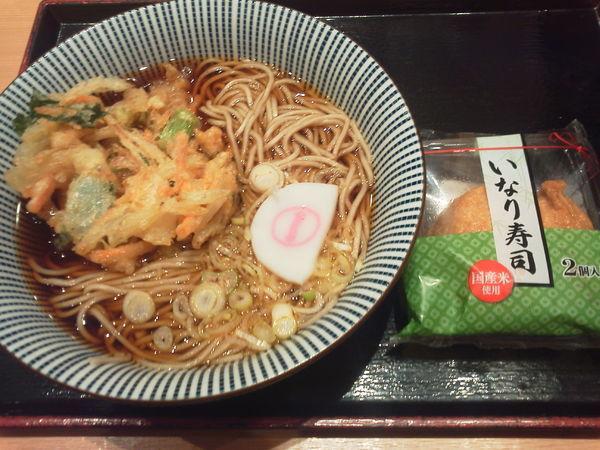 「かき揚げそば430+いなり130⁼560円」@そばいち 新宿店の写真