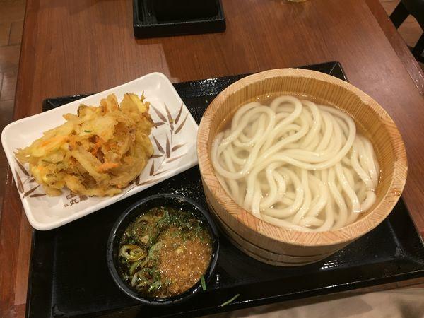 「釜揚げうどん(並)¥290+野菜かき揚げ¥130」@丸亀製麺 新越谷VARIE店の写真