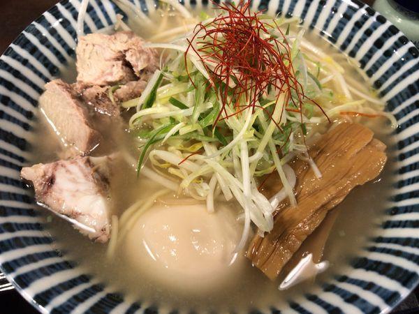 「期間限定:豚しおラーメン750円+味玉クーポン無料」@めんや 薫寿の写真