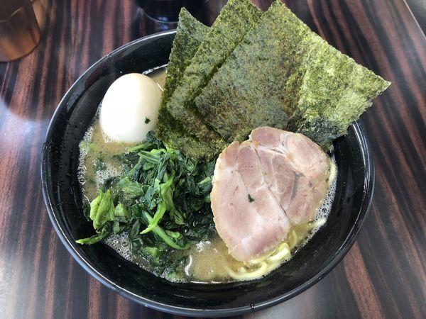 「半熟味玉ラーメン+ほうれん草」@武蔵家直系 ぼうそう家の写真