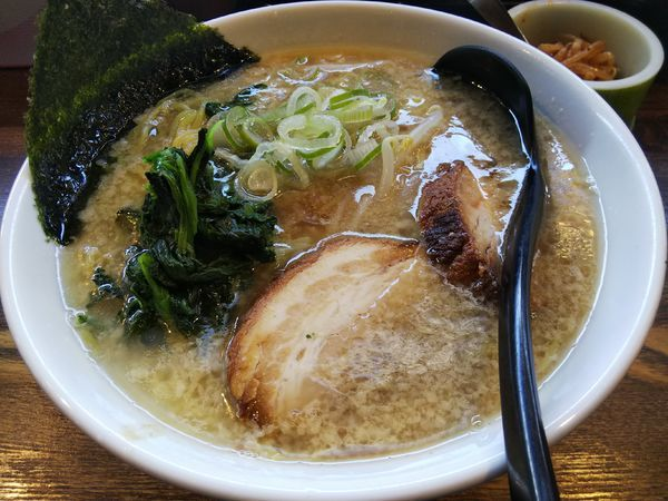 「醤油 :中麺 (大盛り) ※辛モヤシサービス」@信州麺屋 とんずらの写真